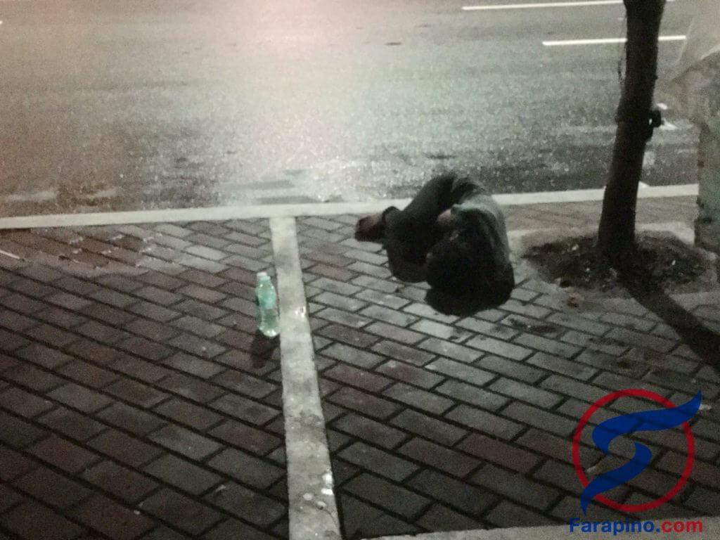 طفل نائم في الشارع في ماكاتي